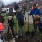Raadslid Wilian helpt de kinderen tijdens de boomfeestdag 2019