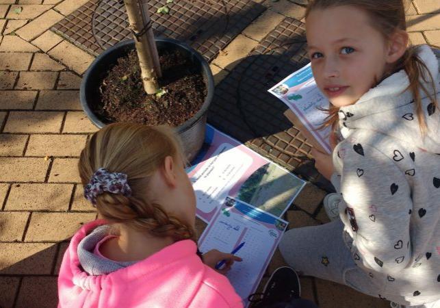 kinderen aan de slag met de vragen